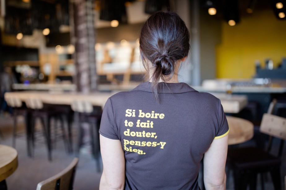 Le Siboire, qui compte deux établissements à Sherbrooke (Siboire Dépôt ouvert en novembre 2007 et Siboire Jacques-Cartier ouvert en août 2014), a une image de marque très forte. Les serveurs portent tous l'uniforme aux couleurs brun et jaune. (Photo Ninon Pednault, La Presse)
