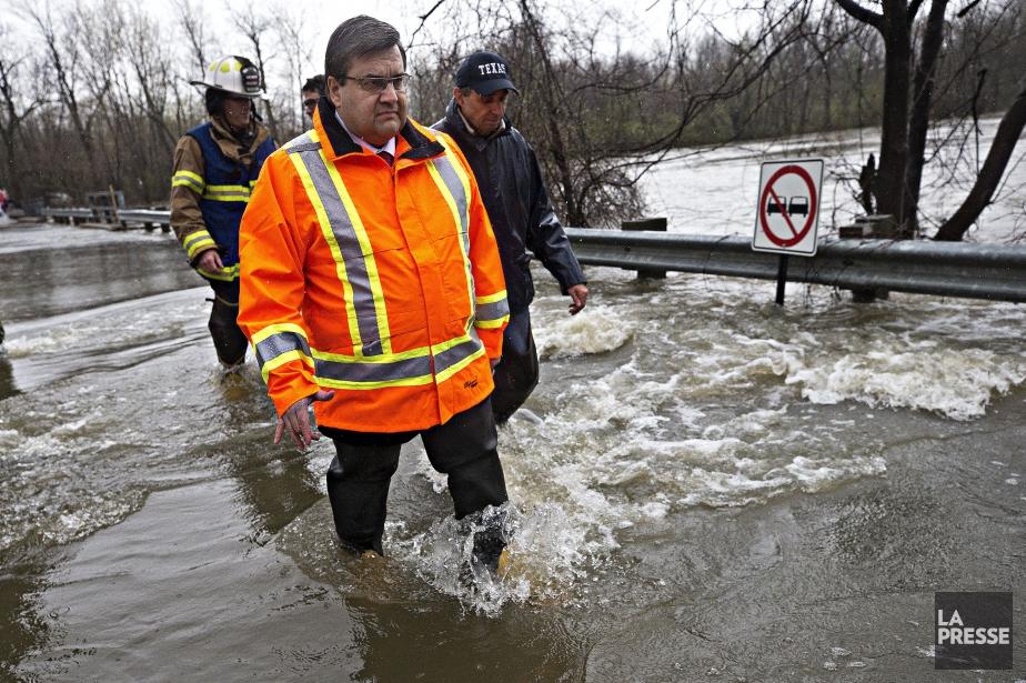 Le maire Coderre est venu rencontrer les sinistrés... (PHOTO PATRICK SANFAÇON, LA PRESSE)