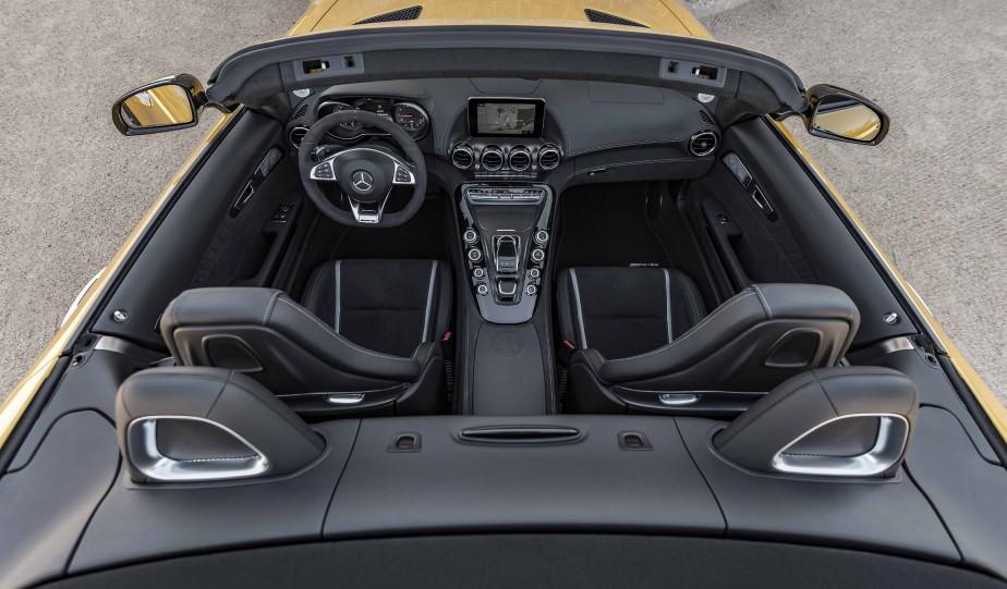Si grisante soit-elle, la conduite de cette Mercedes est épuisante au bout d'une heure ou deux. La console aux dimensions disproportionnées scinde l'habitacle en deux et ne facilite en rien les rapprochements entre les deux occupants qui se trouvent ainsi confinés. ()