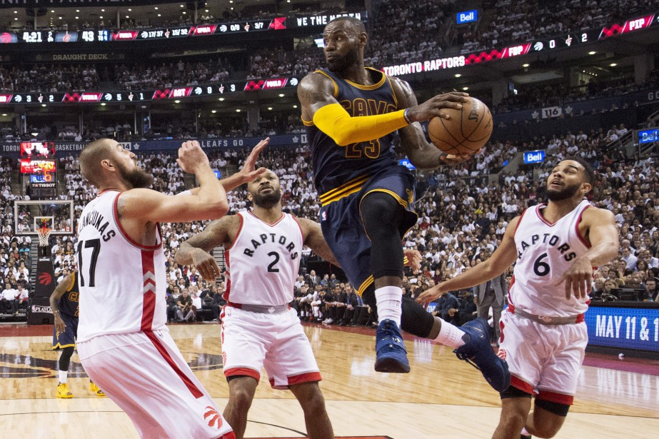 LeBron James (23) réussit à se faufiler entre... (Photo Frank Gunn, La Presse canadienne)