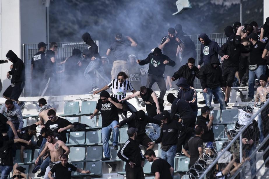 Les affrontements entre les supporters de deux rivaux... (Photo Giannis Papanikos, AP)