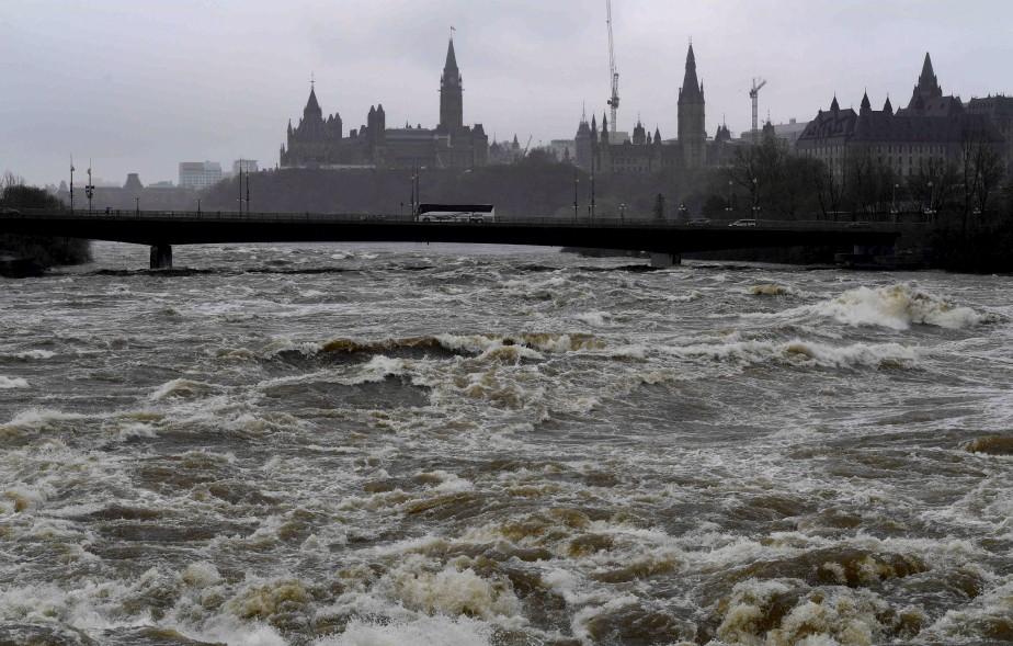 La rivière Ottawa était très haute, samedi. | 6 mai 2017