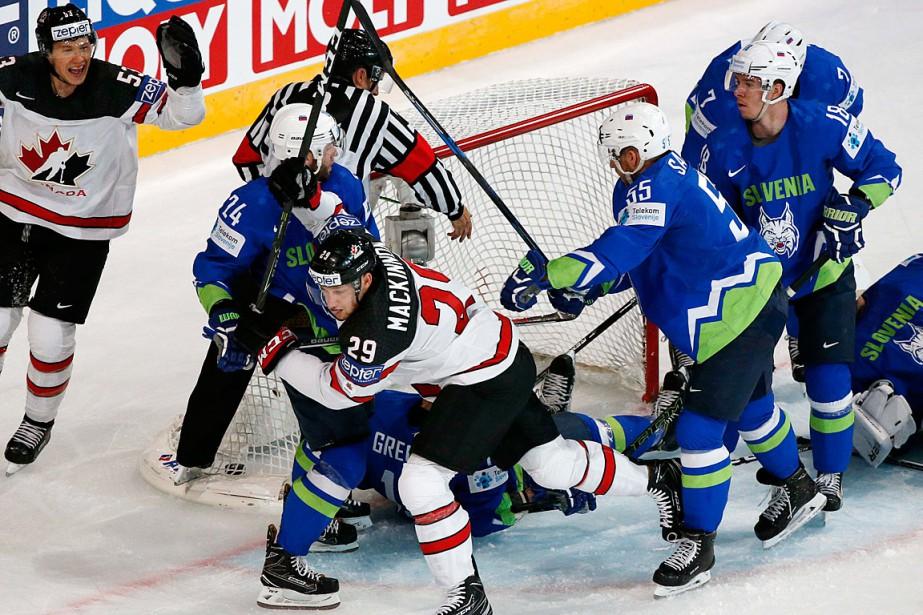 Nathan MacKinnon (29) a amassé quatre points dans... (Photo Grigory Dukor, REUTERS)