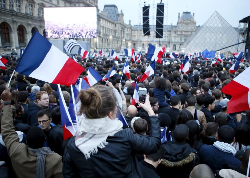 Des partisans d'Emmanuel Macron attendaient fébrilement le nouveau président élu devant le musée du Louvre, à Paris,après l'annonce de sa victoire. | 7 mai 2017