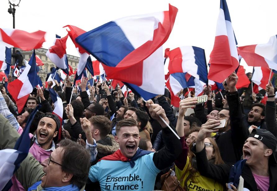Des partisans d'Emmanuel Macron attendaient fébrilement le nouveau président élu devant le musée du Louvre, à Paris, après l'annonce de sa victoire. | 7 mai 2017