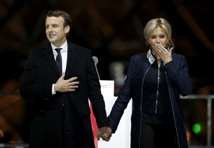 Le président élu Emmanuel Macron s'est présenté devant la foule réunie devant le musée du Louvre avec sa femme, Brigitte. | 7 mai 2017