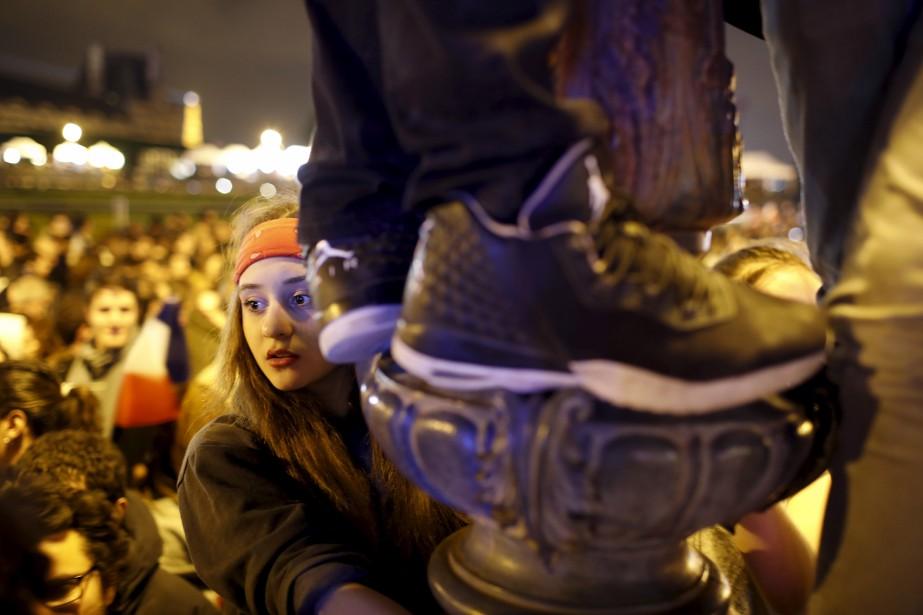 Les partisans qui se trouvaient devant le Louvre faisaient ce qu'ils pouvaient pour apercevoir leur nouveau président. | 7 mai 2017