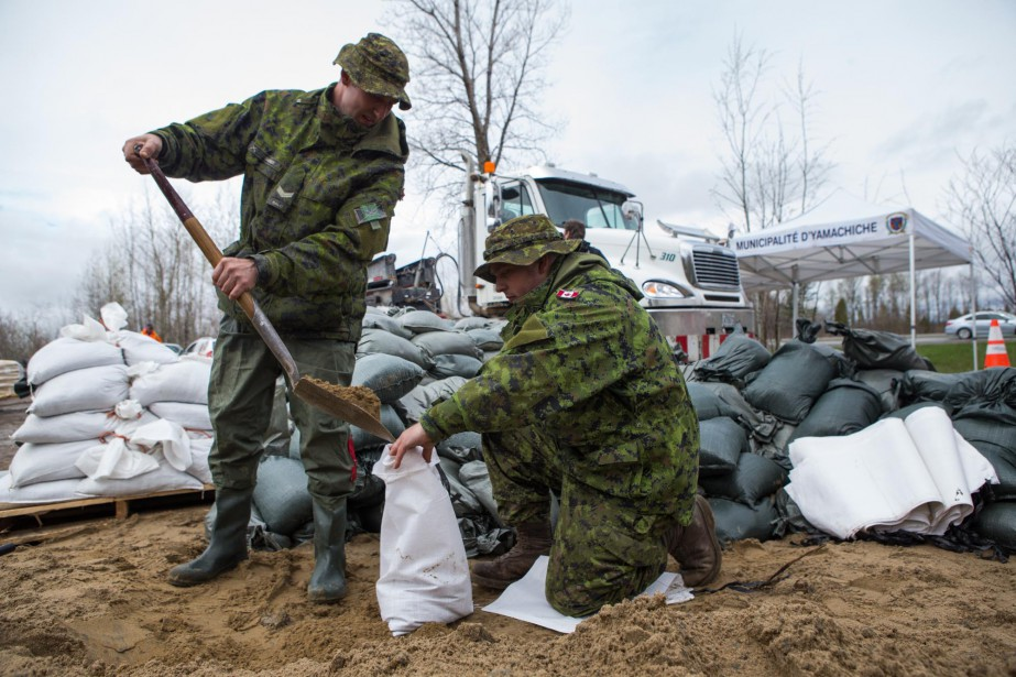Ces militaires de Valcartier remplissaient des sacs de sable pour... | 2017-05-07 00:00:00.000
