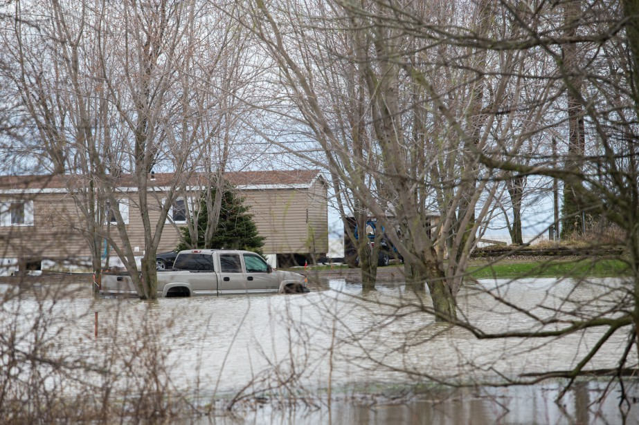 Plusieurs véhicules ont été laissés sur les terrains inondés par les sinistrés. | 7 mai 2017