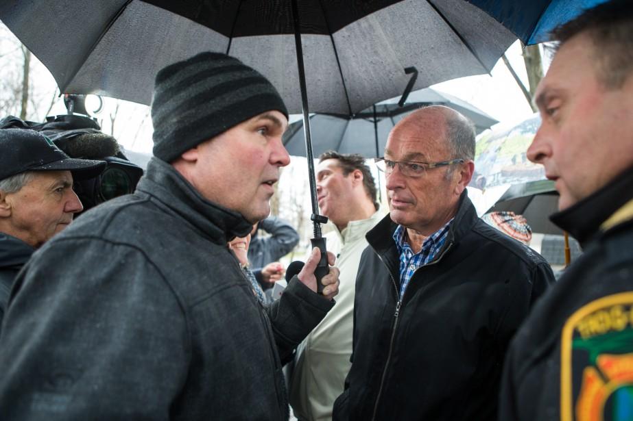 Le maire de Trois-Rivières, Yves Lévesque, alors qu'il est allé rencontrer des sinistrés de Pointe-du-Lac. | 7 mai 2017