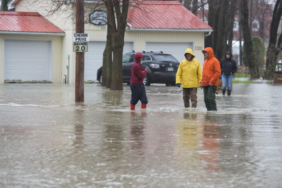 Les résidents du chemin de l'Île-Saint-Eugène dans le secteur de Pointe-du-Lac à Trois-Rivières ont connu une augmentation du niveau du fleuve Saint-Laurent ce week-end. | 8 mai 2017