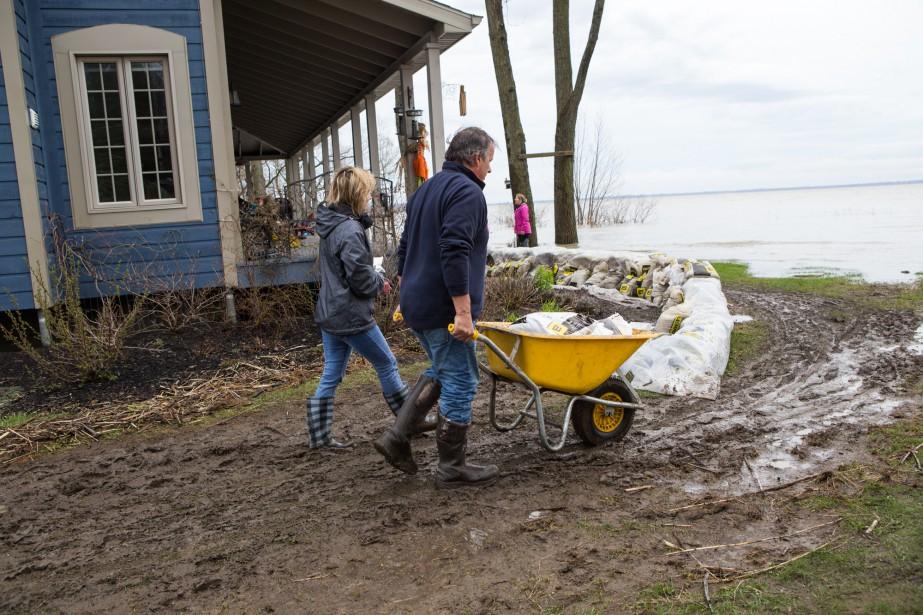Les riverains travaillent d'arrache-pied pour protéger leur résidence des flots. | 8 mai 2017