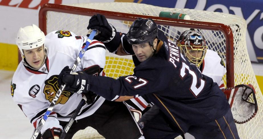Pour garder les buts dans la LNH, il faut savoir voir à travers le trafic, comme le montre Patrick Lalime durant ce match entre les Blackhawks de Chicago et les Oilers d'Edmonton le 6 février 2008. (Photo Reuters)