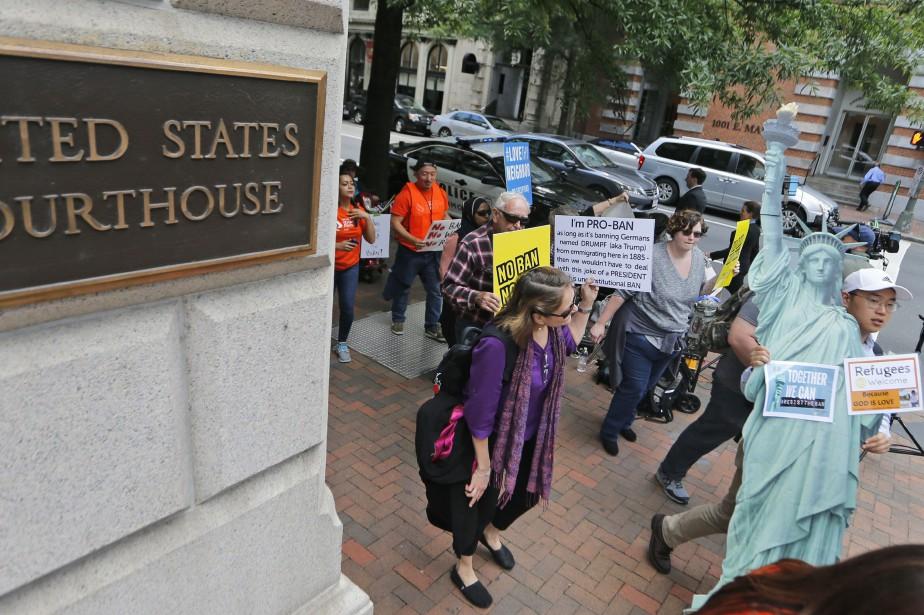 Des manifestants ont dénoncé le décret de Donald... (PHOTO AP)