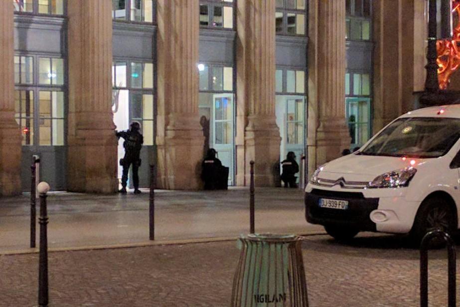 En l'espace de quelques minutes, les autorités ont... (PHOTO REUTERS)
