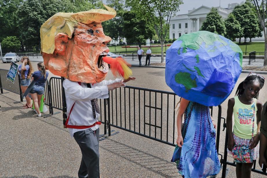 Un manifestant portant unetête en papier mâché à... (ARCHIVES AP)