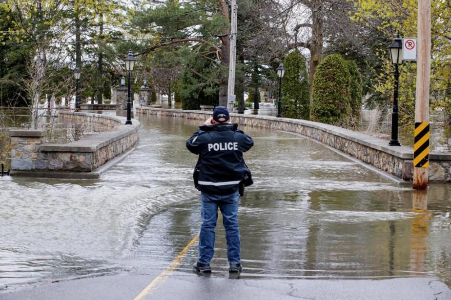Un policier surveillait hier l'entrée de l'île Roussin,... (PHOTO ALAIN ROBERGE, LA PRESSE)