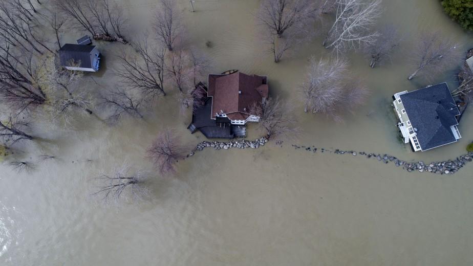 Ces maisons sont littéralement cernées par les eaux. | 10 mai 2017