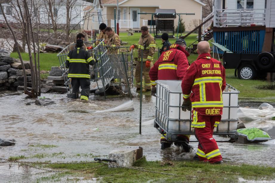 La municipalité de Batiscan a demandé l'aide des pompiers de Québec afin de reconstruire une digue. | 10 mai 2017