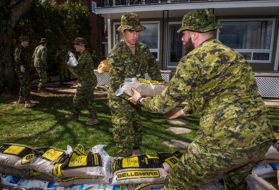 Les quelque 160 militaires présents dans la région depuis le week-end dernier passent la majeure partie de leur temps à remplir des sacs de sable, à les transporter et à les installer pour former des digues.   | 10 mai 2017