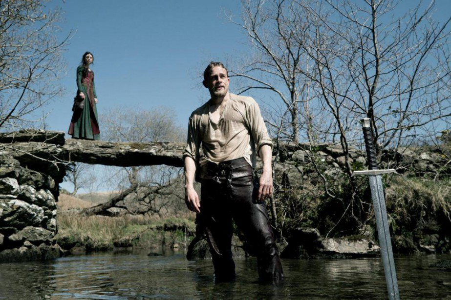 Charlie Hunnam incarne le roi Arthur dans King... (Photo fournie par le studio Warner Bros.)