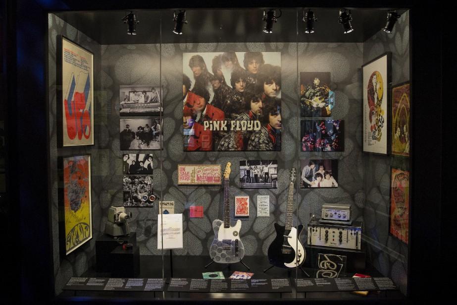 L'époque des débuts occupe la première partie de l'exposition et plonge dans la scène underground du Londres des années 60. Sur le mur d'une salle noire illuminée de couleurs et motifs psychédéliques, les visiteurs peuvent découvrir une affiche annonçant un concert de Pink Floyd à l'UFO, éphémère club de musique avant-gardiste où le groupe avait ses habitudes. | 10 mai 2017