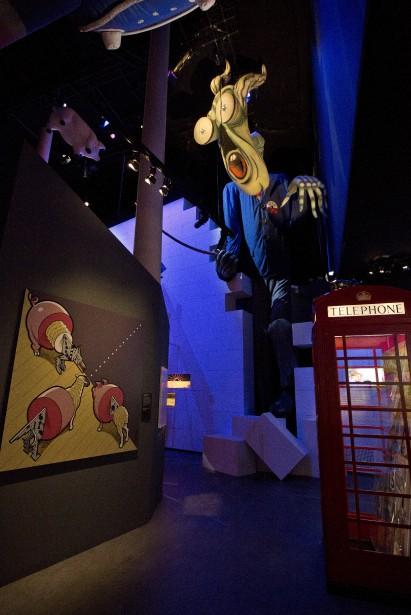 Parmi les pièces maîtresses de l'exposition figure une installation de 22 mètres de long sur 7 de hauteur reproduisant le mur de l'album  The Wall (1979), et au-dessus duquel plane l'effrayant instituteur aux yeux exorbités qui terrorise les enfants dans le célèbre opéra-rock du groupe. | 10 mai 2017