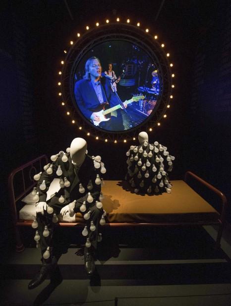 Une salle reproduisant la vidéo de Learning to Fly , avec des répliques des personnages vêtus d'habits d'ampoules électriques de l'album  Delicate Sound of Thunder  | 10 mai 2017