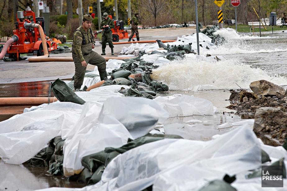 Des militaires prennent soin d'une digue sur le... (PATRICK SANFAÇON, LA PRESSE)