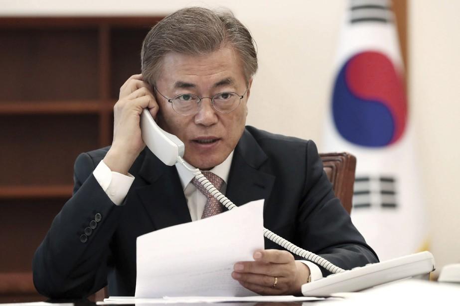 Le président sud-coréen Moon Jae-in au téléphone avec... (Photo Yonhap via AP)