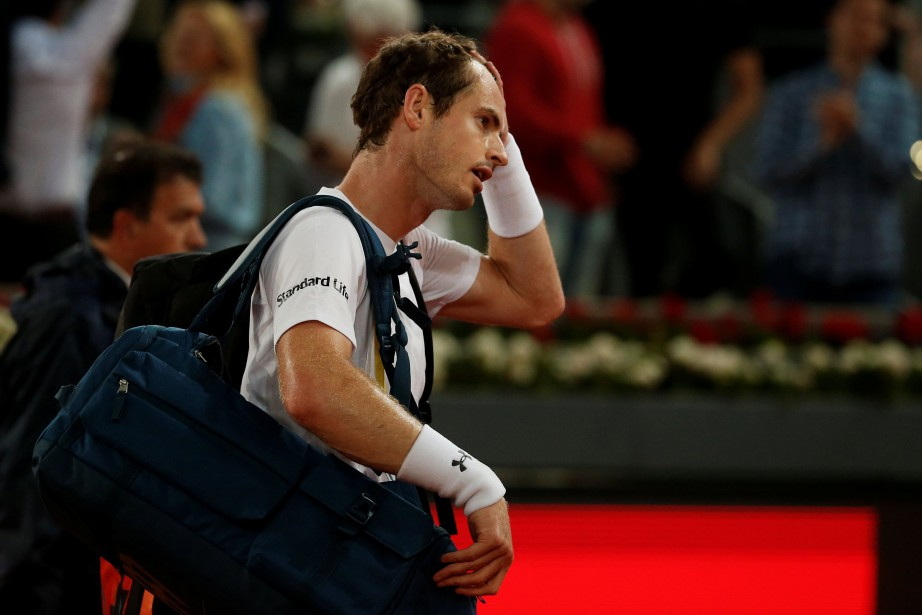 Andy Murray quitte le terrain après sa défaite.... (PHOTO REUTERS)