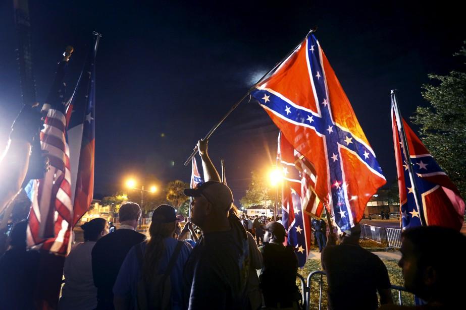 Des militants américains manifestent en Nouvelle-Orléans pour faire valoir le patrimoine relié à la Confédération, avant que la statue de Jefferson Davis ne soit retirée. | 11 mai 2017