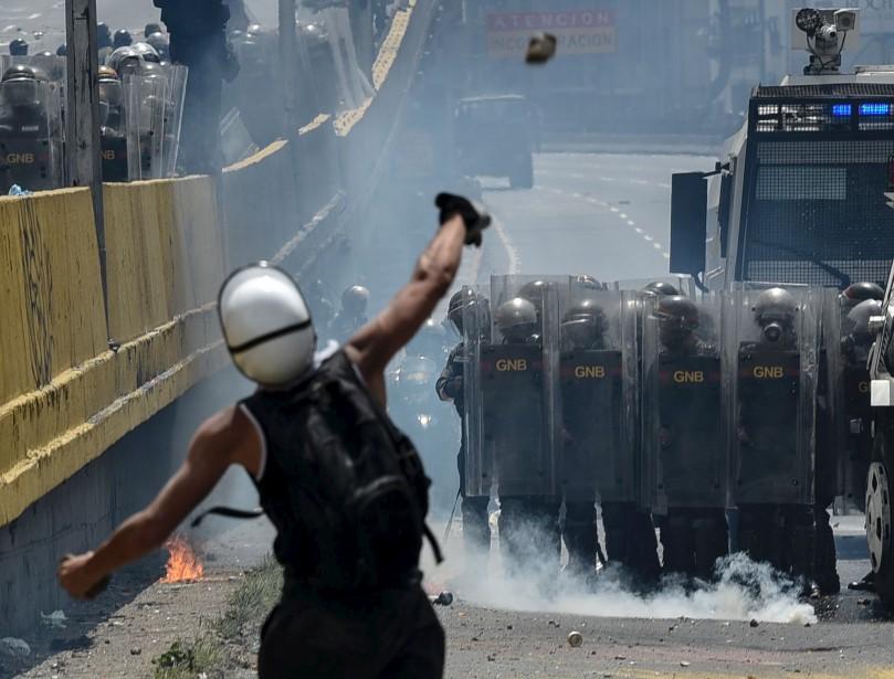 Des activistes vénézuéliens lancent des bombes d'excréments vers les escouades anti-émeute, alors que les manifestations massives continuent d'ébranler le régime de Nicolas Maduro. | 11 mai 2017