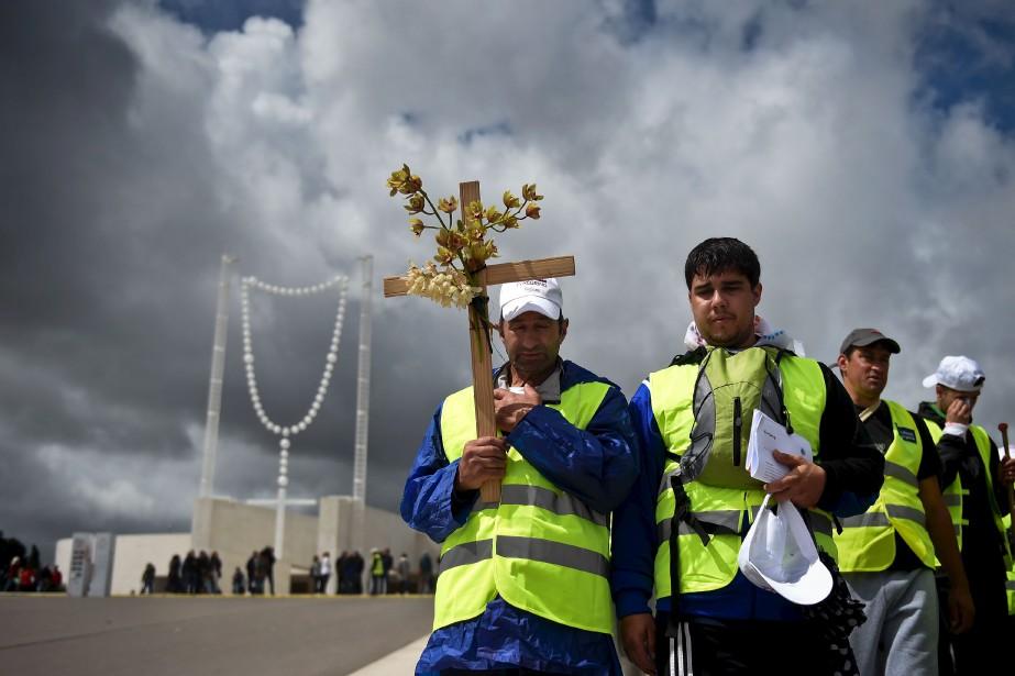 Des pèlerins arrivent au Sancuaire de Fatima, au Portugal, où deux bergers seront proclamés saints par le pape François d'ici quelques jours, un an après avoir témoigné d'une apparition de la vierge Marie à cet endroit sacré pour les catholiques. | 11 mai 2017