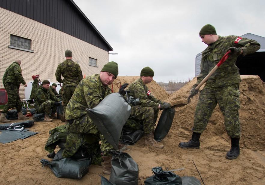 Les militaires ont sorti leurs pelles pour remplir des sacs de sable | 11 mai 2017