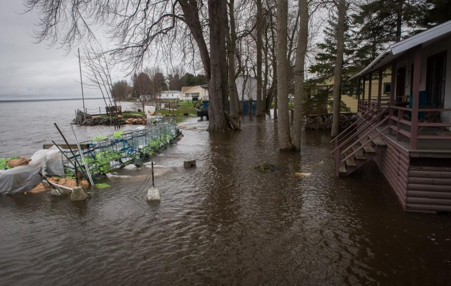 Des chalets situés sur le chemin Couet à Batiscan sont coupés du monde en raison des inondations. | 11 mai 2017