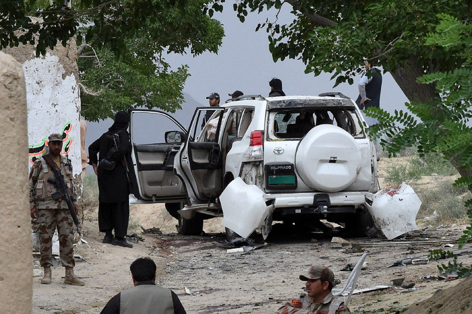 La déflagration visait apparemment un convoi transportant le... (PHOTO BANARAS KHAN, AGENCE FRANCE-PRESSE)