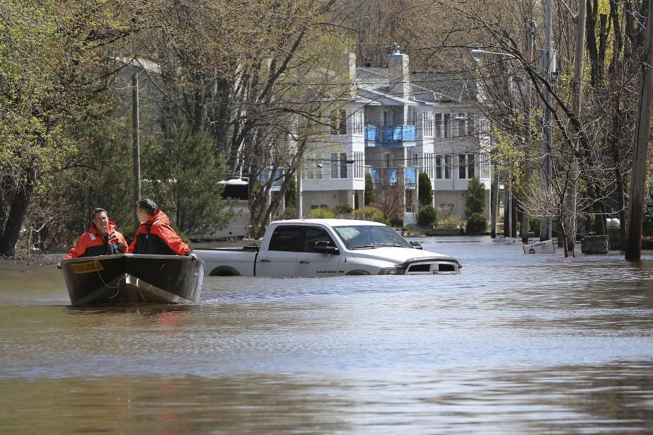 La montée des eaux est impressionnante dans le secteur de la rue Hurtubise. | 12 mai 2017