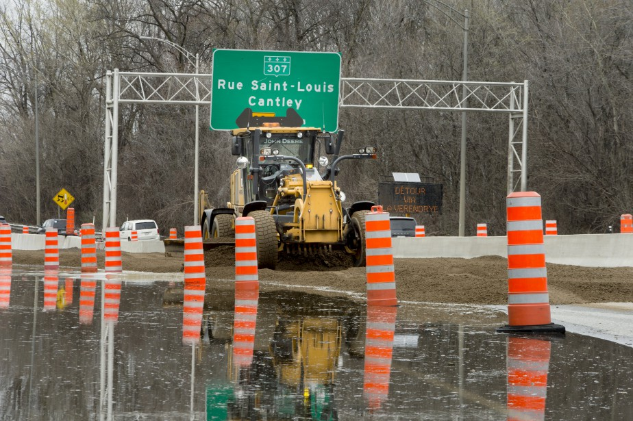 Le ministère des Transports a dû effectuer des travaux d'urgence pour redonner un accès à l'autoroute50 en direction est, fermée en raison de la montée des eaux de dimanche à mardi. | 12 mai 2017
