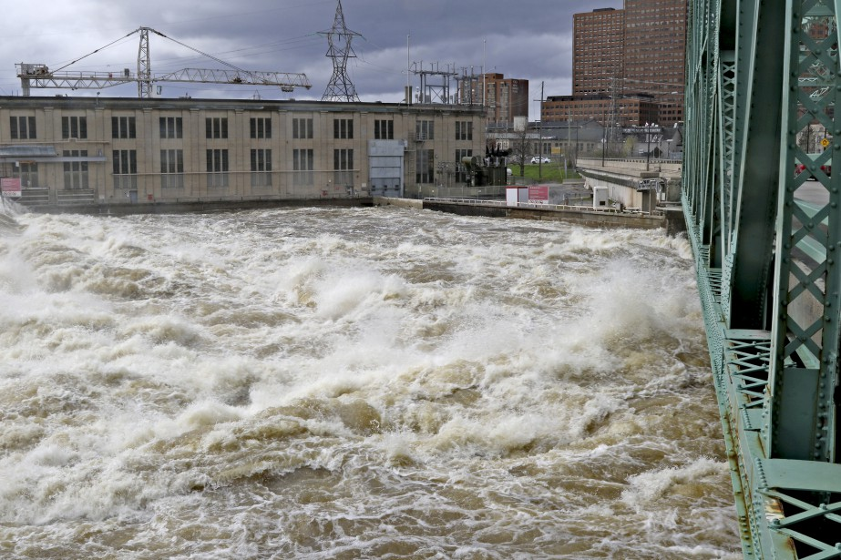 Toute l'accumulation d'eau a créé un débit infernal sous le pont des Chaudières. | 12 mai 2017