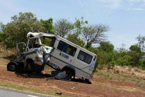 Un minibus de transport en commun est entré... (Photo tirée de Twitter)