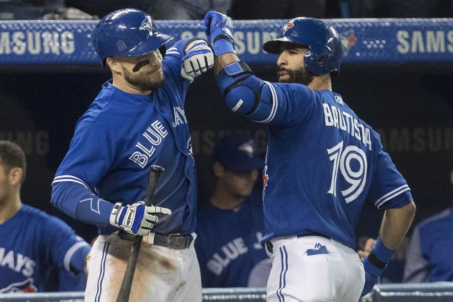 Jose Bautista et Steve Pearce... (Photo Fred Thornhill, La Presse canadienne)