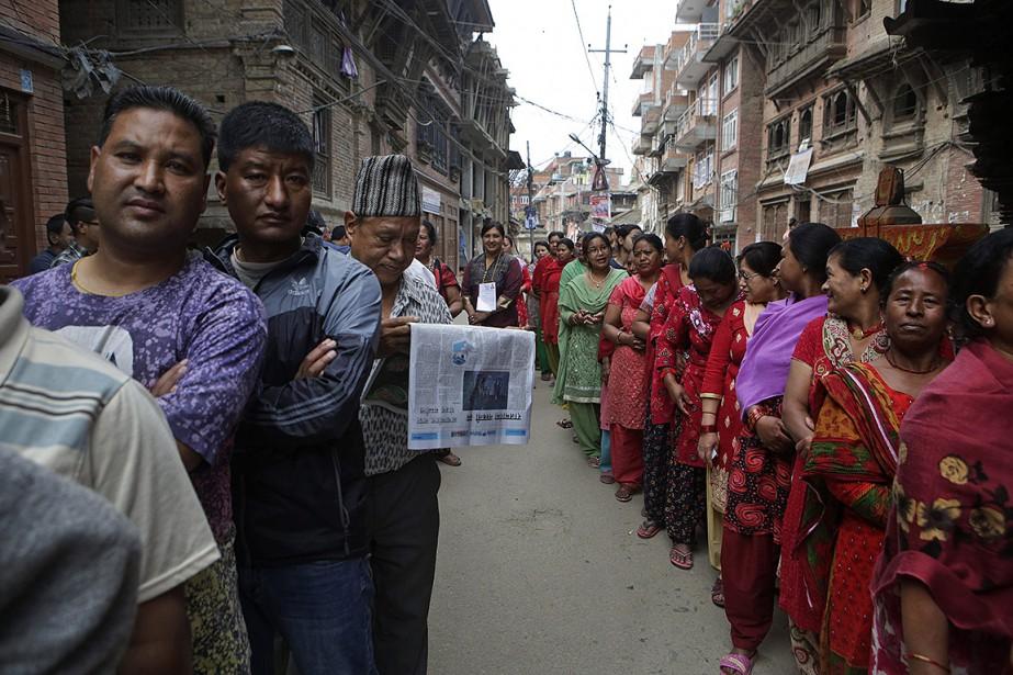 Ils étaient nombreux à faire la file pour... (Niranjan Shrestha, AP)