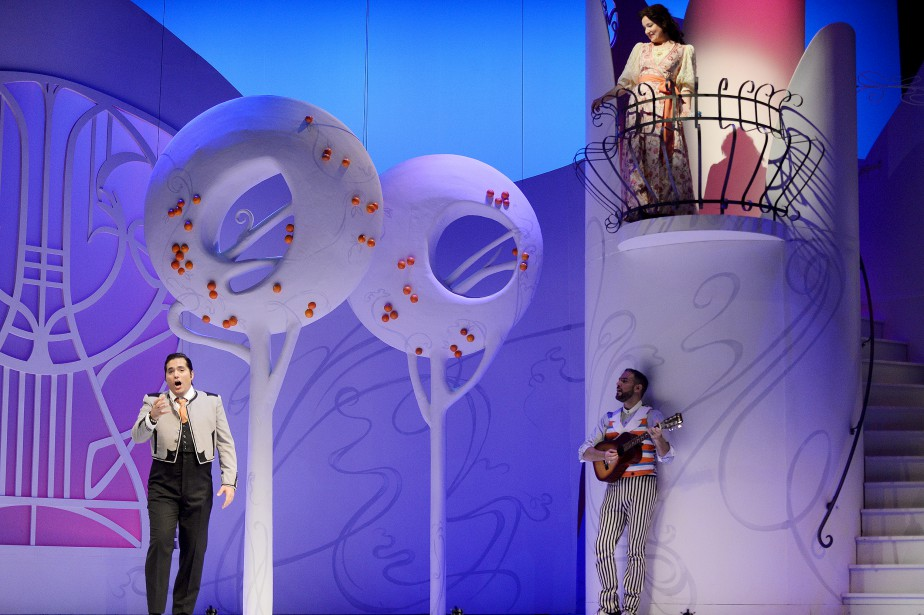 Le comte Almavira (Antonio Figueroa) chante la pomme à Rosina (Julie Boulianne) avec l'aide de Figaro (Armando Noguera).   14 mai 2017