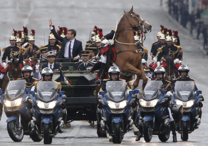 Un cheval se cabre pendant une parade soulignant l'arrivée au pouvoir du nouveau président français Emmanuel Macron, à Paris. | 14 mai 2017