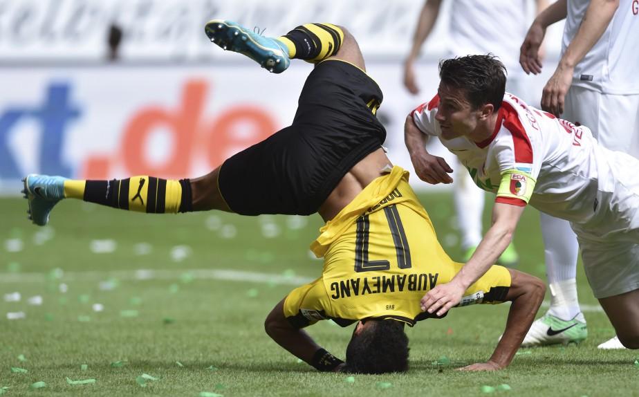 Le striker Pierre-Emerick Aubameyang perd pied pendant un match de Bundesliga entre le FC Augsburg et le Borussia Dortmund. | 14 mai 2017
