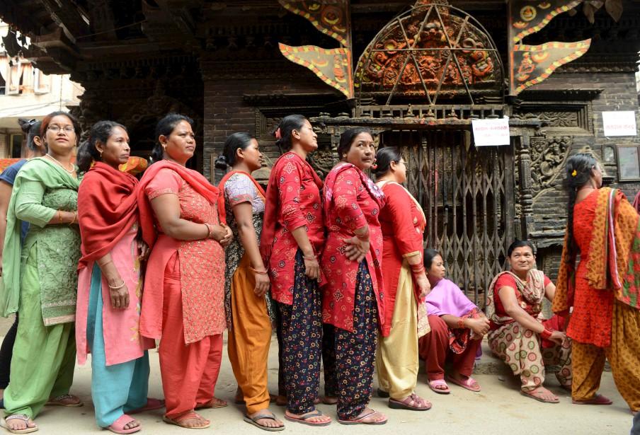 Népalaises et Népalais ont commencé à voter dimanche pour les premières élections locales en 20 ans. | 14 mai 2017
