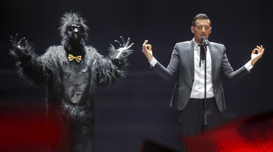 Francesco Gabbani interprète «Occidentali's Karma» en finale du concours Eurovision de la chanson, à Kiev, en Ukraine. | 14 mai 2017