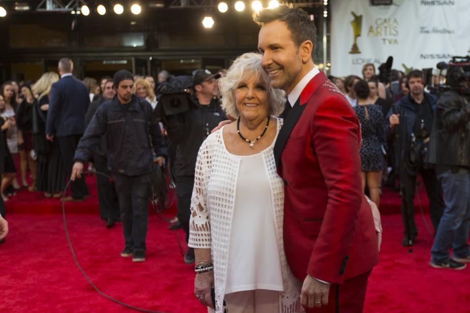 Éric Salvail et sa mère Colette sur le tapis rouge.   14 mai 2017