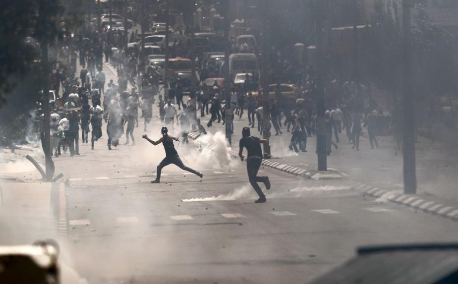 Des manifestants palestiniens lancent des pierres aux forces israéliennes lors du jour de la «Nakba» (catastrophe), soulignant la création de l'État d'Israël il y a 69 ans. | 15 mai 2017